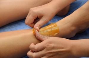 10129622-temps-des-sucres-l-39-epilation-au-sucre-liquefier-dans-les-jambes