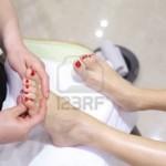 12727223-soins-des-pieds-dans-un-salon-de-beaute-des-pieds