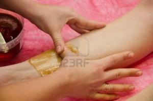 9998678-temps-des-sucres-l-39-epilation-au-sucre-liquefier-dans-les-jambes-il-est-l-39-epilation-moins-doulo